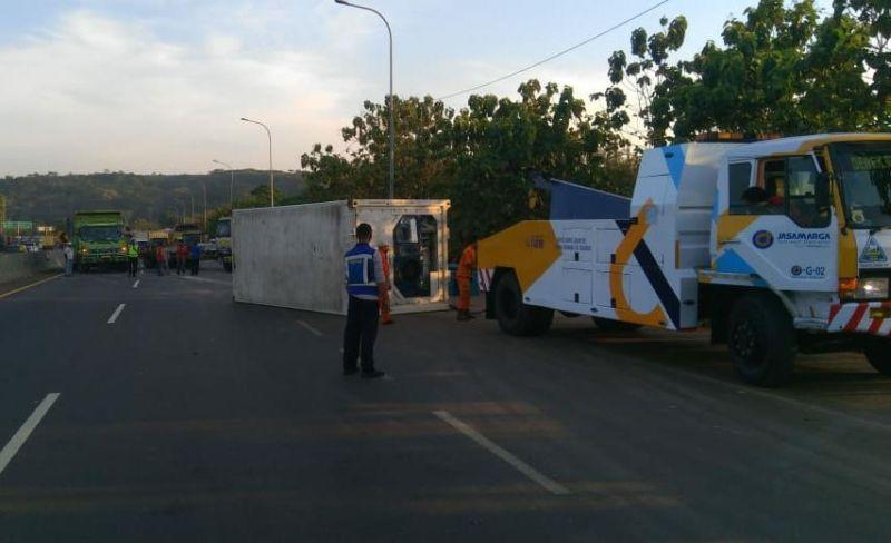 https: img.okezone.com content 2020 09 08 525 2274579 truk-trailer-terguling-di-tol-cipularang-arah-jakarta-semua-jalur-sempat-tertutup-fbZxkw2tbo.jpg