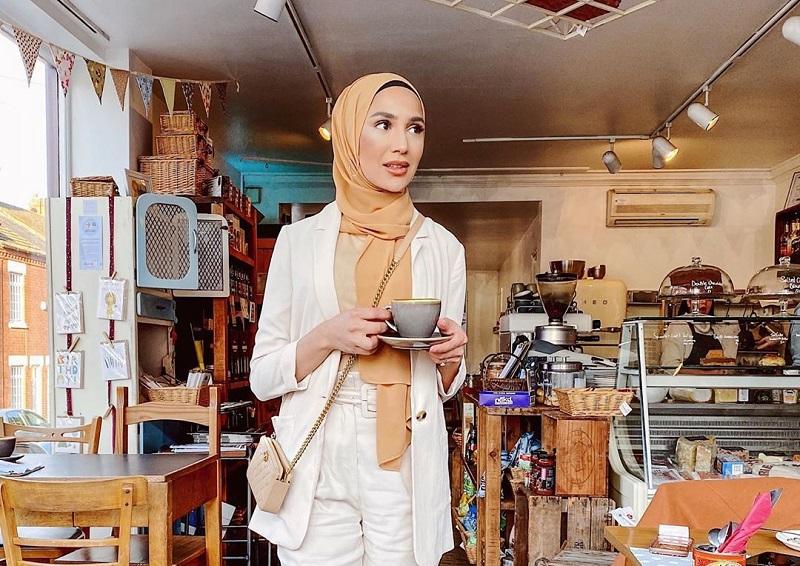 https: img.okezone.com content 2020 09 09 194 2274895 4-gaya-hijab-influencer-cantik-amena-khan-simpel-dan-elagan-8Hy7ClygJZ.jpg