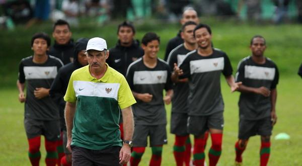 https: img.okezone.com content 2020 09 09 51 2274735 kisah-alfred-riedl-bersama-timnas-indonesia-yang-nyaris-juarai-piala-aff-2010-NsAcGE394z.jpg