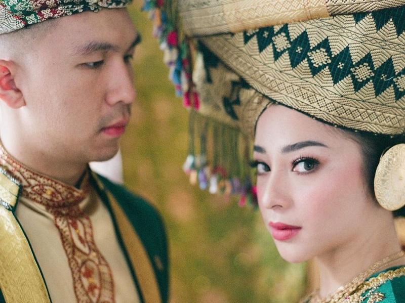 https: img.okezone.com content 2020 09 10 194 2275514 serasinya-nikita-willy-dan-calon-suami-berbusana-baju-adat-padang-FLLzI0x1Jc.jpg