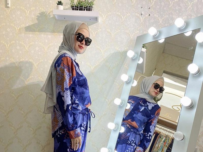 https: img.okezone.com content 2020 09 10 194 2275779 daily-set-jadi-tren-baru-buat-hijabers-simpel-dan-stylish-zj5fRffNmB.jpg