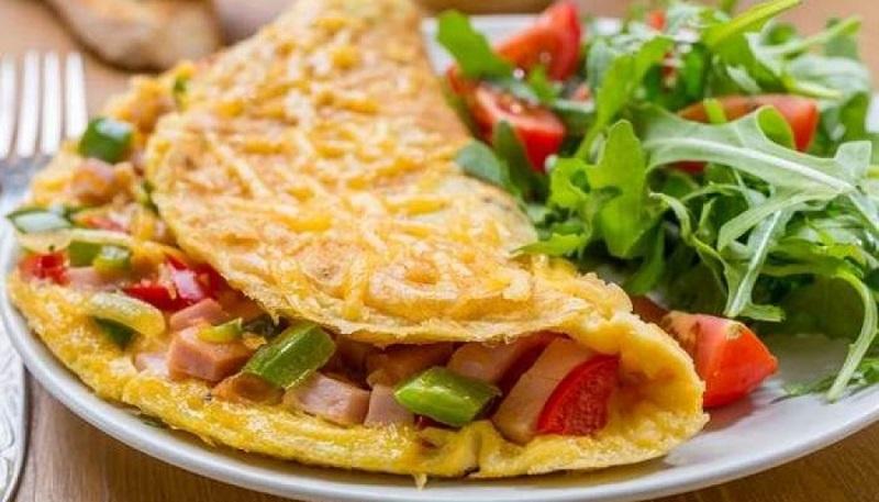 https: img.okezone.com content 2020 09 10 298 2275776 spicy-seafood-omelette-olahan-telur-berbeda-untuk-camilan-malam-jkJn0TXter.jpg