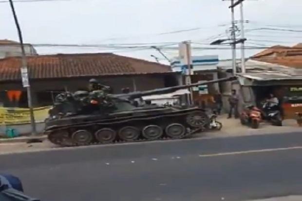 https: img.okezone.com content 2020 09 10 337 2275696 tank-tempur-tni-tabrak-gerobak-gorengan-dan-motor-di-bandung-OYSOBSkyev.jpg