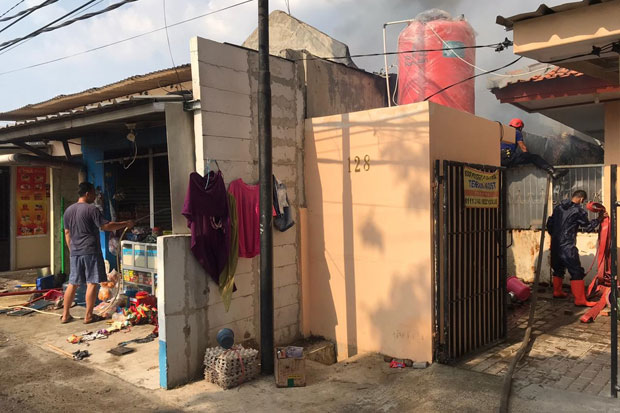 https: img.okezone.com content 2020 09 10 338 2275309 2-rumah-dan-warung-di-depok-ludes-terbakar-BBf8lS8cbR.jpg