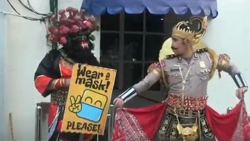 https: img.okezone.com content 2020 09 10 510 2275910 cara-unik-polisi-di-malioboro-kampanye-masker-berkostum-wayang-dan-simbol-covid-19-oRF59buxei.jpg