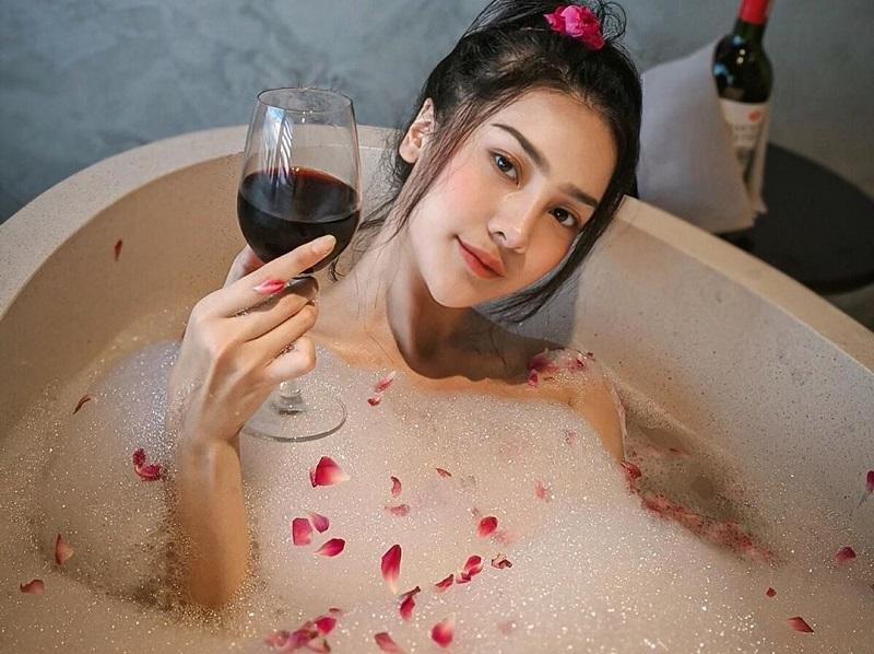 https: img.okezone.com content 2020 09 11 194 2276037 intip-anya-geraldine-mandi-kembang-sambil-minum-anggur-AeECMVMpTI.jpg