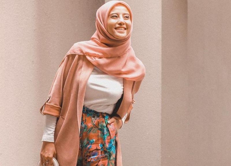https: img.okezone.com content 2020 09 11 194 2276439 gaya-hijab-ala-awkarin-yang-bernuansa-ceria-dan-elegan-g202rfrOFd.jpg
