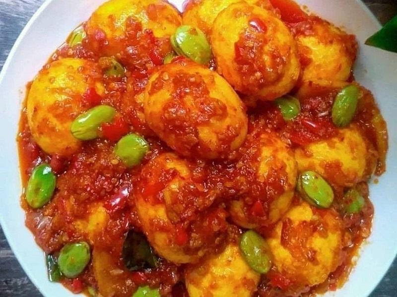 https: img.okezone.com content 2020 09 11 298 2276121 makan-malam-praktis-enak-bikin-telur-pete-balado-yuk-4r56oKilbs.jpg