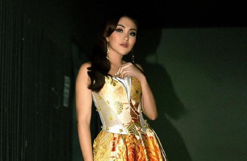 https: img.okezone.com content 2020 09 12 194 2276793 pesona-ayu-ting-ting-pakai-gaun-oranye-netizen-cantik-queen-depok-MSqDviGX5h.jpg