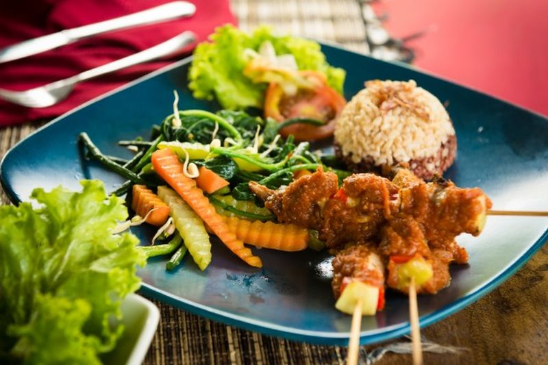 https: img.okezone.com content 2020 09 12 301 2276654 6-makanan-khas-bali-lezatnya-bikin-lapar-XPEMnEUmup.jpg