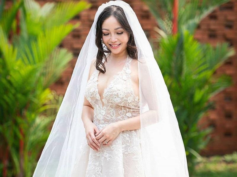 https: img.okezone.com content 2020 09 14 194 2277254 gaun-pernikahan-chef-marinka-berpotongan-dada-rendah-serasa-peri-hutan-oAgCko0YUH.jpg