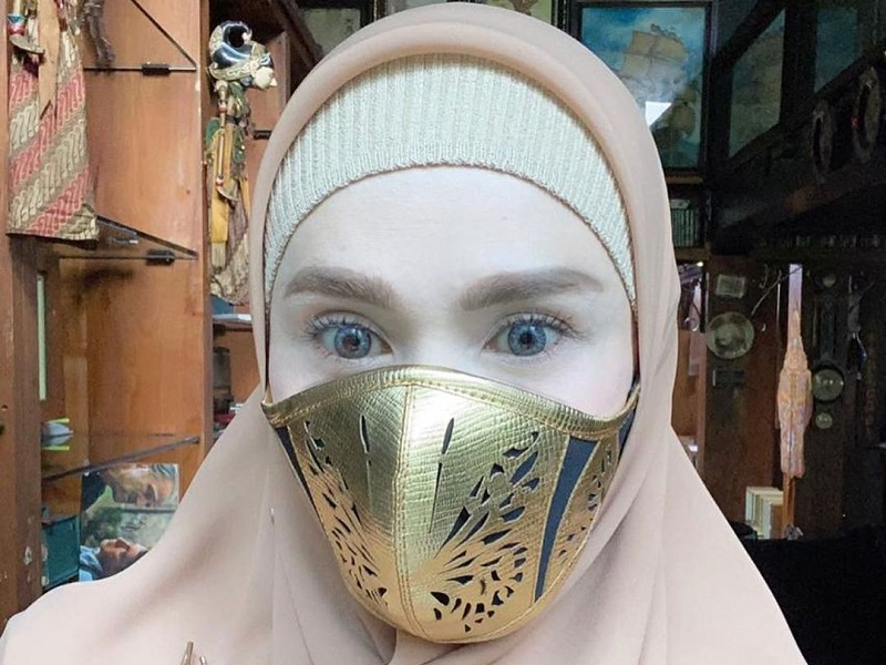 https: img.okezone.com content 2020 09 14 194 2277314 3-gaya-hijab-mulan-jameela-dengan-masker-kece-makin-cantik-mKnjd9eVSm.jpg