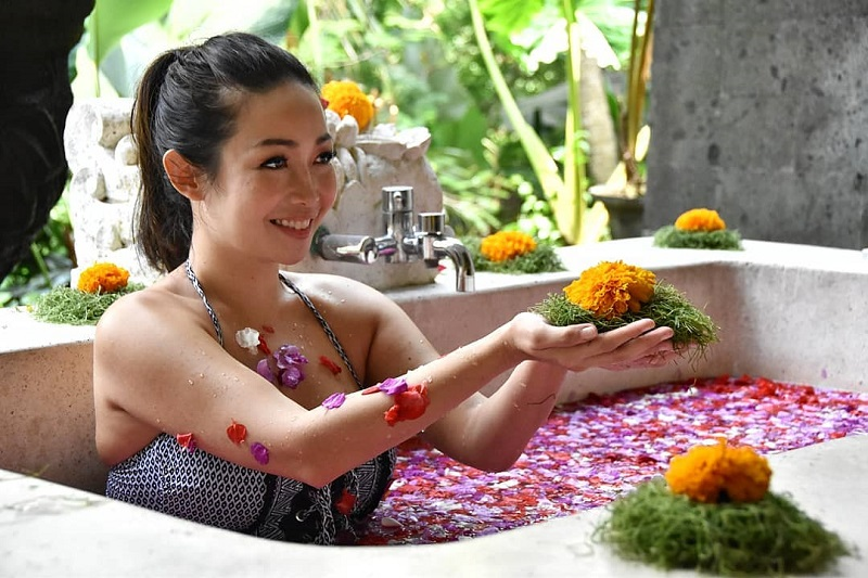 https: img.okezone.com content 2020 09 14 194 2277623 intip-chef-marinka-mandi-kembang-cantik-memesona-w8mIrI1uDC.jpg