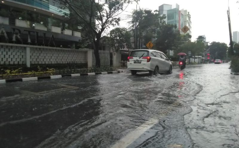 https: img.okezone.com content 2020 09 14 52 2277459 ini-cara-mengemudi-mobil-yang-aman-saat-hujan-deras-7jld6UrwbA.jpg