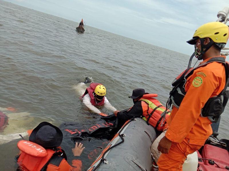 https: img.okezone.com content 2020 09 14 608 2277572 nelayan-tewas-saat-mencari-kepiting-di-perairan-silo-laut-asahan-dAYMISDm6S.jpg