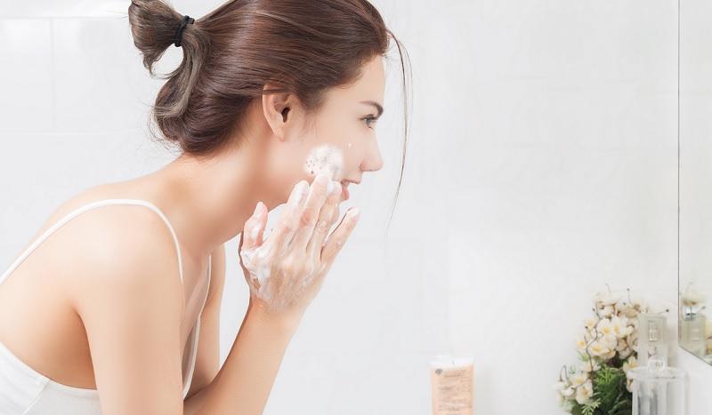 https: img.okezone.com content 2020 09 14 611 2277530 beautypedia-apa-itu-cleansing-gel-aLKelI8xK3.jpg