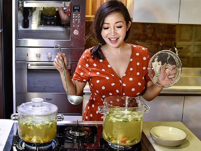 https: img.okezone.com content 2020 09 15 194 2277853 pesona-chef-marinka-saat-masak-suami-bakal-betah-di-rumah-nih-krWiXrQld2.jpg