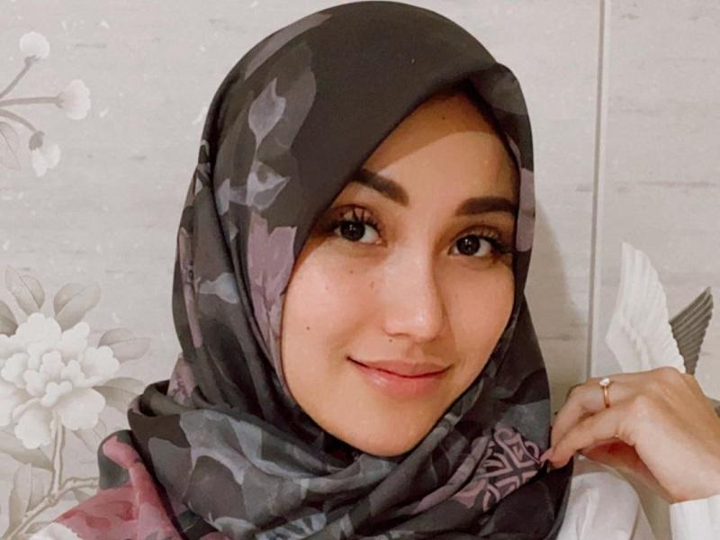 https: img.okezone.com content 2020 09 15 194 2277974 5-gaya-hijab-ayu-ting-ting-cantik-dan-natural-banget-XJ4F8toI7I.jpg