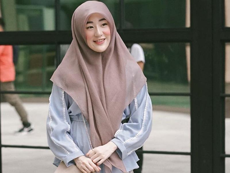https: img.okezone.com content 2020 09 15 194 2278327 4-gaya-hijab-syari-larissa-chou-cantik-menginspirasi-LblGzY5qs7.jpg