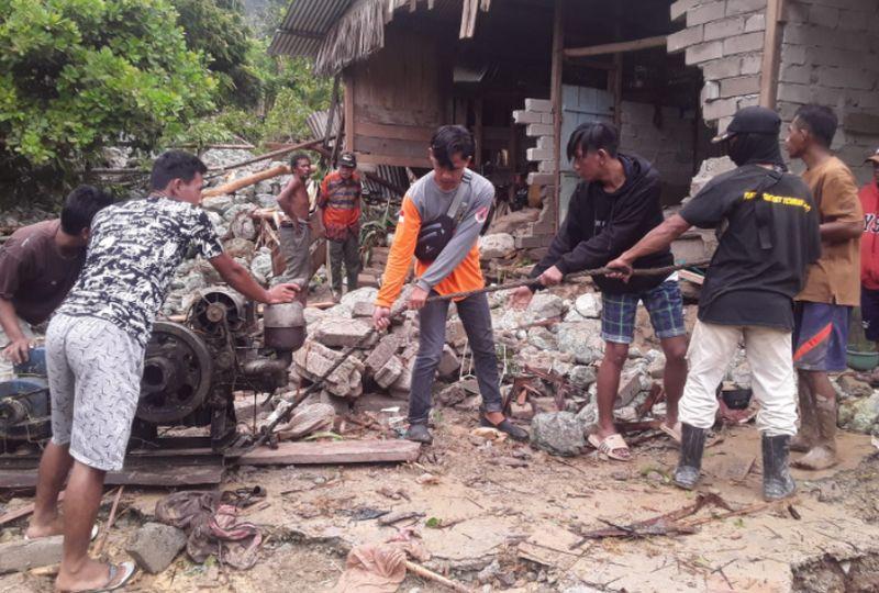 https: img.okezone.com content 2020 09 15 340 2278355 diterjang-banjir-bandang-3-rumah-di-parigi-moutong-sulteng-rusak-gEWl90jmj8.jpg