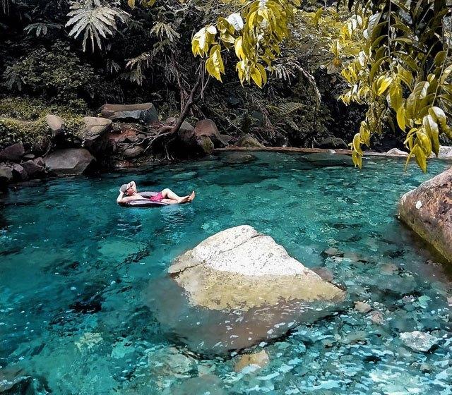 https: img.okezone.com content 2020 09 15 408 2278006 lembah-tepus-infinity-pool-gunung-salak-yang-airnya-sebening-kaca-mlSZejXNSe.jpg