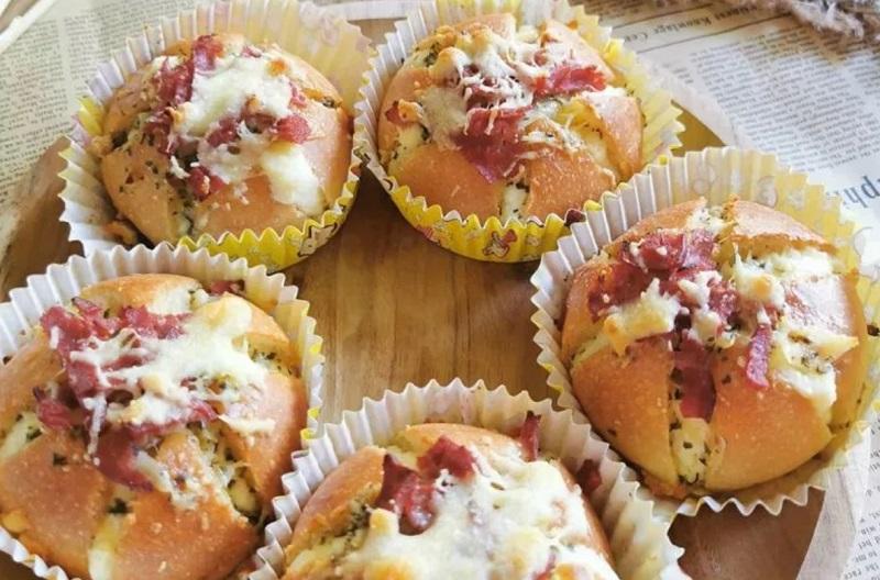 https: img.okezone.com content 2020 09 15 455 2278297 garlic-cheese-bread-buat-mua-ini-raup-puluhan-juta-rupiah-swUJLWAPlN.jpg