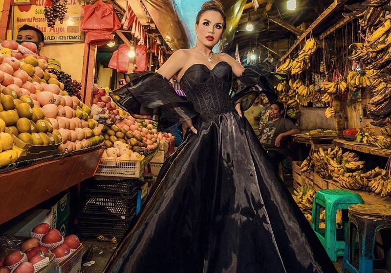 https: img.okezone.com content 2020 09 16 194 2278462 potret-cantik-melaney-ricardo-pakai-outfit-rp1-miliar-di-pasar-KthHcJz3zR.jpg