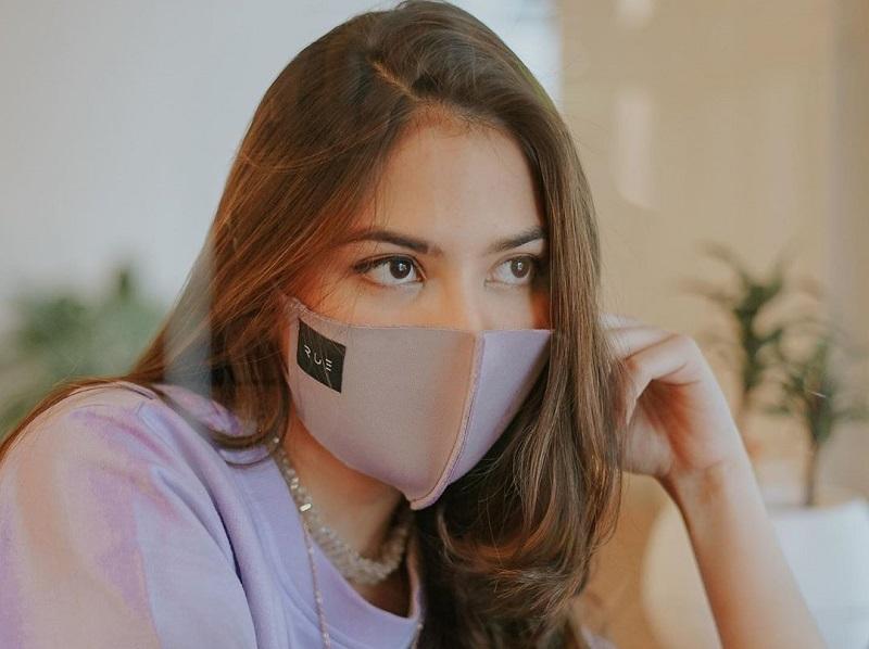 https: img.okezone.com content 2020 09 16 194 2278558 4-inspirasi-ootd-selebriti-di-masa-pandemi-kece-pakai-masker-Q4Skr9TgeL.jpg
