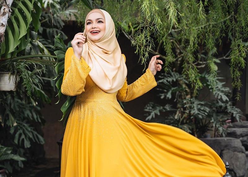 https: img.okezone.com content 2020 09 16 194 2278734 4-gaya-hijab-siti-nurhaliza-cantik-bikin-hati-adem-8gQoqUCuWy.jpg