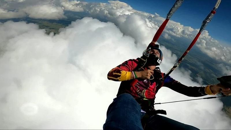 https: img.okezone.com content 2020 09 16 612 2278823 pria-ini-lakukan-lompatan-api-dari-ketinggian-7-ribu-kaki-nR6GHcTEMp.jpg