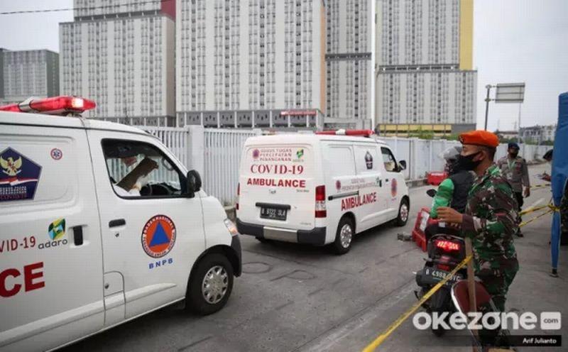 https: img.okezone.com content 2020 09 16 620 2278844 antisipasi-antrean-ambulans-covid-19-akses-masuk-wisma-atlet-dibuat-2-jalur-6Gk7LN5Rgh.jpg
