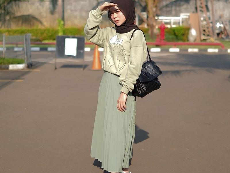 https: img.okezone.com content 2020 09 17 194 2279330 ide-padu-padan-hijab-dengan-rok-plisket-ala-lesty-kejora-peJI9OoiQk.jpg