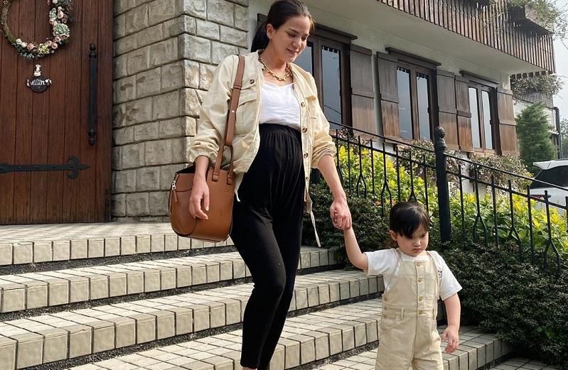 https: img.okezone.com content 2020 09 17 33 2279514 cemburu-anak-pertama-alice-norin-pura-pura-muntah-demi-dapat-perhatian-amTmrrg1Ju.jpg