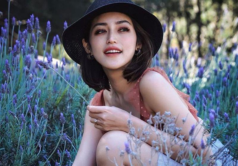https: img.okezone.com content 2020 09 18 194 2280256 duduk-di-atas-meja-jessica-iskandar-bergaya-manja-dengan-kimono-piyama-hFE3Ffsgbb.jpg