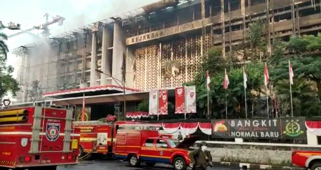 https: img.okezone.com content 2020 09 18 337 2279706 pembakaran-gedung-kejagung-dpr-minta-masyarakat-tak-mengumbar-prasangka-qdCvzpnDBF.jpg