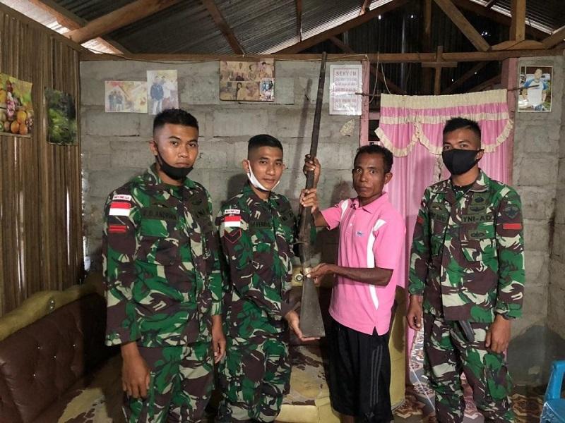 https: img.okezone.com content 2020 09 18 337 2279812 eks-kombatan-timor-timur-serahkan-senjata-api-springfield-ke-personel-tni-Y7IJgEeW4J.jpg