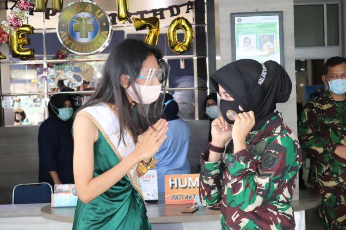 https: img.okezone.com content 2020 09 18 337 2280043 finalis-miss-global-indonesia-2020-sosialisasi-protokol-kesehatan-di-rsau-dr-esnawan-antariksa-1TukfJyor2.jpg