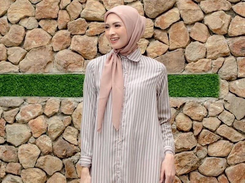 https: img.okezone.com content 2020 09 19 194 2280589 4-gaya-hijab-donita-inspirasi-tampil-cantik-saat-meeting-virtual-01vGVSqdRb.jpg