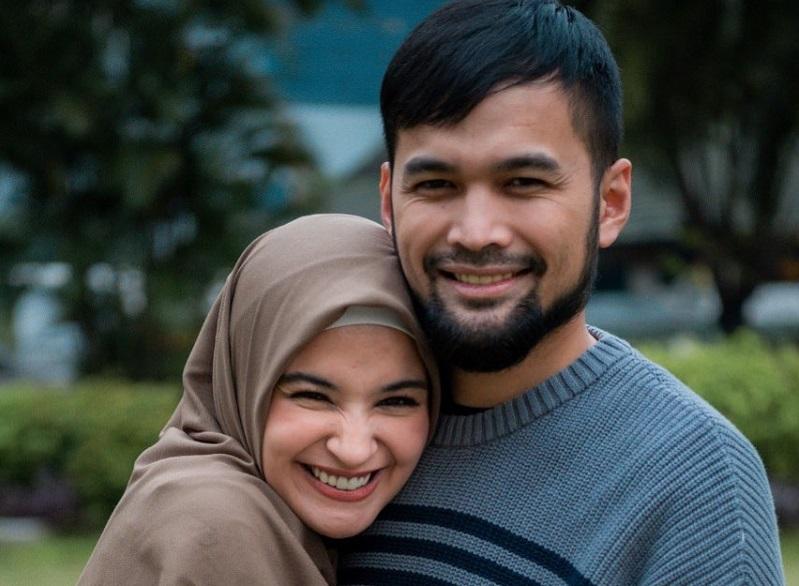 https: img.okezone.com content 2020 09 19 33 2280541 teuku-wisnu-tak-pernah-bayangkan-bisa-menikah-shireen-sungkar-WbGfxCxpmb.jpg