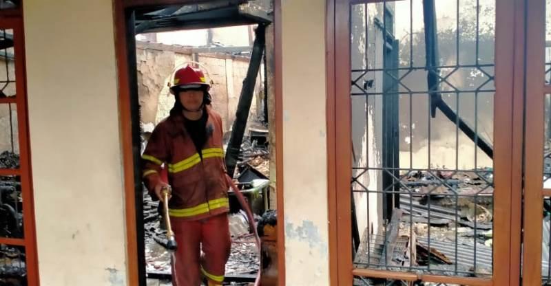 https: img.okezone.com content 2020 09 20 338 2280780 kebakaran-permukiman-padat-penduduk-di-depok-6-rumah-hangus-oUelOLShU6.jpg