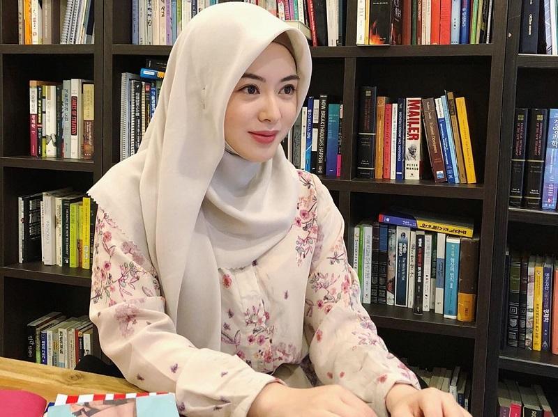 https: img.okezone.com content 2020 09 21 194 2281263 4-inspirasi-gaya-hijab-wfh-ala-ayana-moon-simpel-dan-cantik-Wcv2DlNB2f.jpg