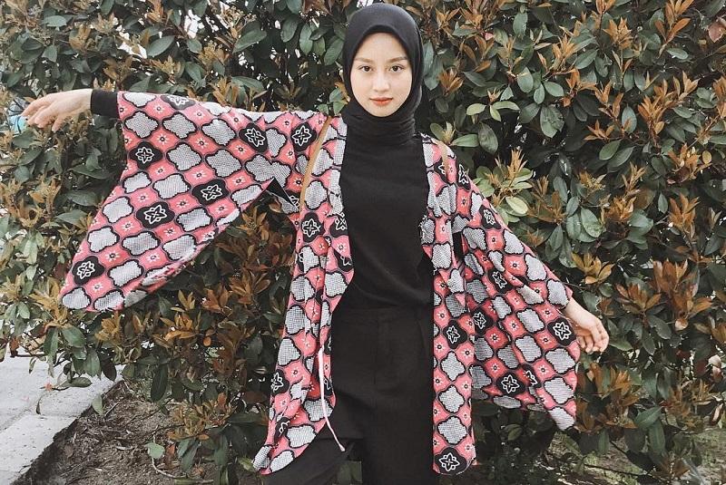https: img.okezone.com content 2020 09 22 194 2281946 4-gaya-hijab-simpel-kasual-ala-gita-savitri-kece-banget-KDTP6AA2iY.jpg