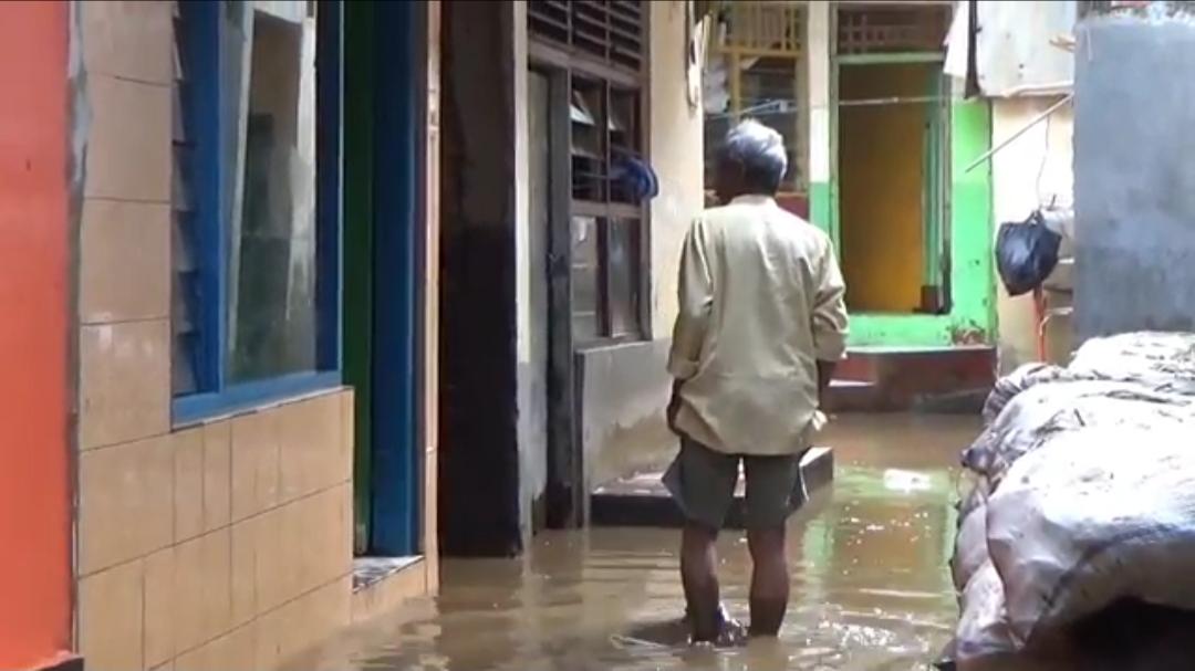 https: img.okezone.com content 2020 09 22 338 2281743 banjir-mulai-surut-warga-cawang-bersihkan-lumpur-tebal-20-sentimeter-YbxRWcPpph.jpg