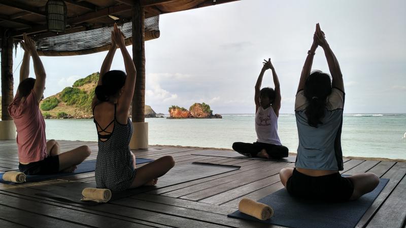 https: img.okezone.com content 2020 09 22 408 2282024 liburan-sambil-relaksasi-ini-5-tempat-wisata-yoga-terbaik-di-lombok-bxkykbHLto.jpg