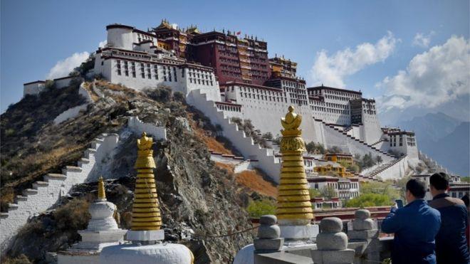 https: img.okezone.com content 2020 09 23 18 2282592 china-dilaporkan-kirim-ribuan-orang-tibet-ke-kamp-kerja-paksa-qADkUP9tsN.jpg