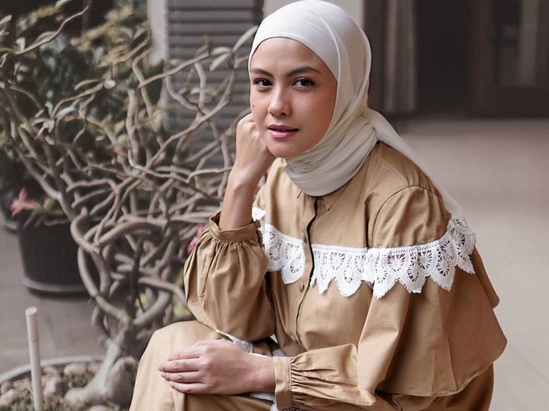 https: img.okezone.com content 2020 09 23 194 2282644 potret-gaya-hijab-simpel-revalina-s-temat-semakin-cantik-menawan-EpUjYcqgh0.jpg