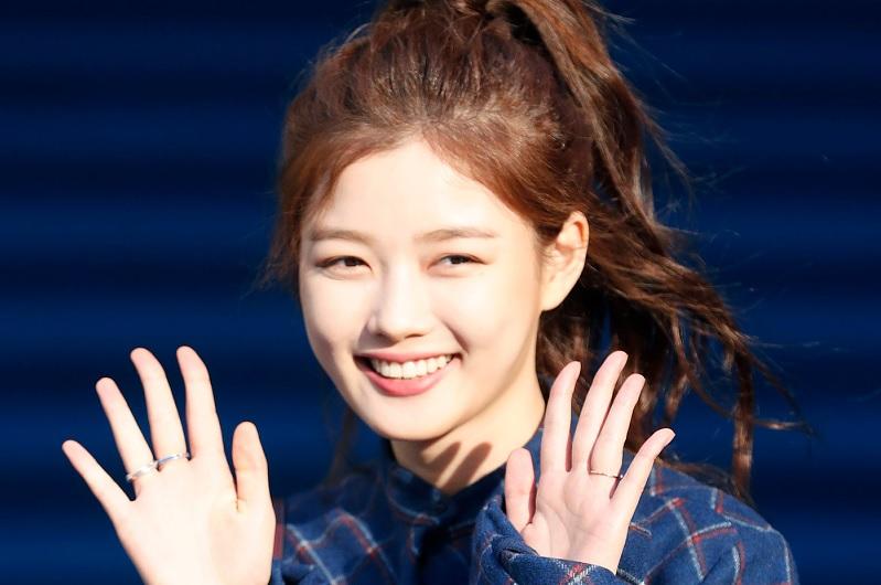https: img.okezone.com content 2020 09 23 33 2282297 kim-yoo-jung-resmi-satu-rumah-dengan-park-seo-joon-MOMGRbprVp.jpg