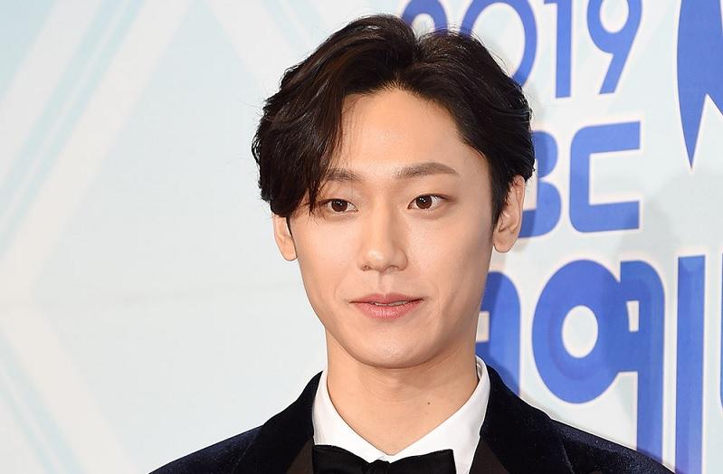 https: img.okezone.com content 2020 09 23 598 2282195 kata-lee-do-hyun-soal-berbagi-peran-dengan-yoon-sang-hyun-di-18-again-KlEFxrPnaQ.jpg