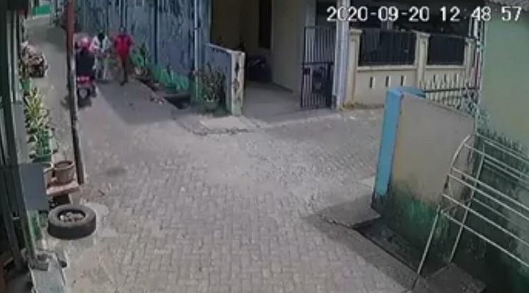 https: img.okezone.com content 2020 09 23 609 2282736 aksi-jambret-tas-pasutri-terekam-cctv-pelaku-ditangkap-1jibIhgUN7.jpg