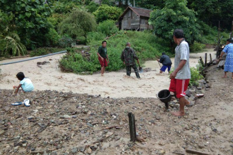 https: img.okezone.com content 2020 09 24 340 2283104 banjir-dan-longsor-melanda-kabupaten-pesisir-selatan-HJjGE4Qlnj.jpg